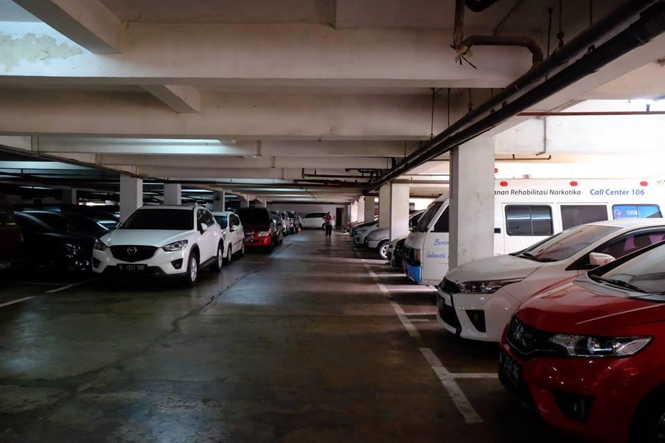 Fasilitas parkir luas untuk tamu Sekolah Photo